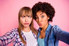 Abschluss herauf flippige dumme Verschiedenartigkeit des Fotos zwei nimmt sie ihre spielerischen Freunde der Damen zu machen self stockbilder