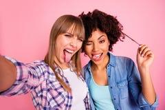 Abschluss herauf flippige unvorsichtige Verschiedenartigkeit des Fotos zwei macht sie ihre spielerischen Damen Mund Nehmen selfie lizenzfreie stockfotos