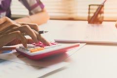 Abschluss herauf Frau berechnen über Kosten und Handelnfinanzierung im Büro Lizenzfreie Stockbilder