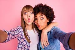 Abschluss herauf geistlose Verschiedenartigkeit des Fotos zwei macht sie ihre spielerischen Damen Nehmen selfies, die kindischer  stockbilder