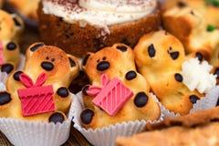Abschluss herauf geschmackvolle Bär-förmige Kekse auf Tabelle lizenzfreies stockbild
