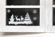 Abschluss herauf grafisches Weihnachten auf hölzernem Fenster-Glas lizenzfreies stockfoto