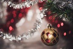 Abschluss herauf großen Goldfunkelnball auf Weihnachtsbaum stockbild