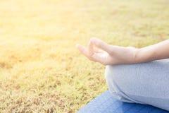 Abschluss herauf Handfrau tun Yoga, das asiatische Mädchen, das Yoga im Garten tut stockbilder