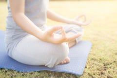 Abschluss herauf Handfrau tun Yoga, das asiatische Mädchen, das Yoga im Garten tut Stockbild