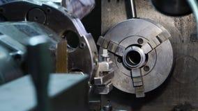 Abschluss herauf Handschweren Industriearbeiter arbeitet an Metallarbeits-Fabrikprozeß, indem er das mechanische Drehen durchführ stock footage