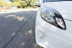 Abschluss- herauf helles Auto auf der Straße Lizenzfreie Stockfotografie