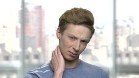 Abschluss herauf jugendlich Jungenleiden vom Halsschmerz stock video footage