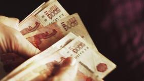 Abschluss herauf männliche Hände zählen russische Rubel stock footage