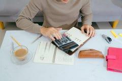 Abschluss herauf männliche Hand unter Verwendung des Taschenrechners und Schreiben machen Anmerkung mit c Stockfotografie