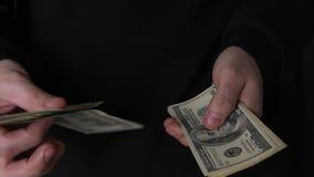 Abschluss herauf m?nnliche H?nde z?hlen hundert Dollarscheine in der Dunkelheit stock video footage