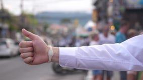 Abschluss herauf Mannhandgebrauch smartwatch auf Straßeninhaltsnotenanzeigenkommunikations-Geschäftsverbindungsinternet-Kontakt stock video