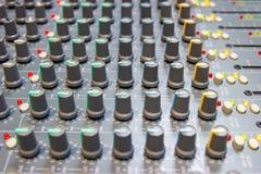 Abschluss herauf mischende Konsole eines großen Hifisystems, der Audiogeräte und des Bedienfelds lizenzfreie stockbilder