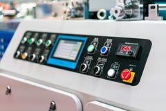 Abschluss herauf Notdruckknopf und Anzeigenbedienfeld von modernem und Spitzentechnologie der automatischen Veröffentlichung oder lizenzfreies stockbild