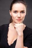 Abschluss herauf Porträt der eleganten Brunettefrau mit Akt bilden Lizenzfreie Stockfotos
