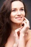 Abschluss herauf Porträt der eleganten Brunettefrau mit Akt bilden Stockfotos