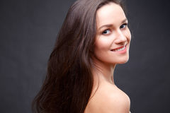Abschluss herauf Porträt der eleganten Brunettefrau mit Akt bilden Lizenzfreie Stockbilder