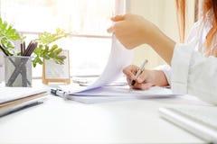 Abschluss herauf Rechnungsprüfungsfrau berechnen auf Papierdokumenten-Finanzdaten Stockbilder