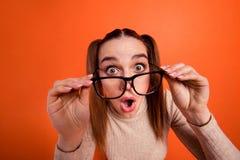 Abschluss herauf schönes erstaunliches des Fotos las sie ihr offener Mund Dame nicht zu glauben ja Leser Spezifikt.-Nachrichtenne lizenzfreies stockfoto