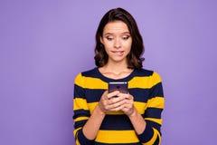 Abschluss herauf schönes erstaunliches des Fotos wunderte sich sie ihre Dame Handgrifftelefonleser-Nachrichteninformationen überr lizenzfreies stockbild