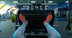 Abschluss herauf Schuhe einer jungen Frau des Sitzes, die Bein tut, drücken die Turnhalle ein Nahaufnahme einer jungen Frau des S stock video