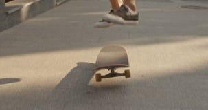 Abschluss herauf Schuss von den männlichen Beinen, die Skateboard drücken und Trick in einem Park durchführen Langsame Bewegung stock footage