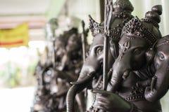 Abschluss herauf schwarze Ganesha-Statue und graues Beschaffenheit ganesh ist hindischer g lizenzfreie stockbilder