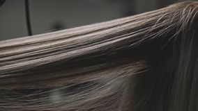 Abschluss herauf trocknendes und bürstendes Haar des Friseurs der Frau im Friseursalon im slowmo stock footage