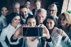 Abschluss herauf undeutliche Altersrennfreizeit des Fotos Geschäftsleute Teamentwicklungsumarmungsumarmungs-Umarmung der untersch lizenzfreie stockbilder