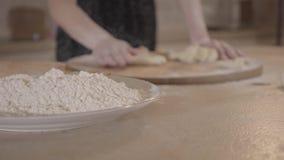 Abschluss herauf unerkanntes Mädchen rollt den Teig auf dem Küchentisch stock video footage
