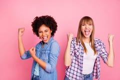 Abschluss herauf Verschiedenartigkeit des Fotos zwei hob sie ihre Hautschreis der Damen lauten Waffenhände des unterschiedlichen  lizenzfreies stockfoto