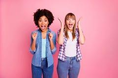 Abschluss herauf Verschiedenartigkeit des Fotos zwei sie ihre Damen, die ja gewunderte unglaubliche unerwartete unterschiedliche  stockfotografie