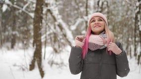Abschluss im Freien herauf Porträt des jungen schönen glücklichen lächelnden Mädchen tragenden weißen gestrickten Beaniehutes, -s stock footage