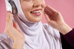 Abschluss oben Arabische Frau im hijab hört Musik lizenzfreies stockbild