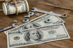 Abschluss oben, Bolzen, Nüsse und Geld Stockbild