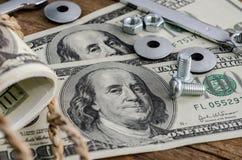 Abschluss oben, Bolzen, Nüsse und Geld Lizenzfreies Stockfoto