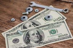 Abschluss oben, Bolzen, Nüsse und Geld Lizenzfreies Stockbild
