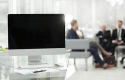 Abschluss oben Computer mit schwarzem leerem Bildschirm und Finanzdiagramm auf dem Desktop stockbild