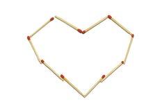 Abschluss oben der Gruppe des roten Matchstockes vereinbaren im Herzmuster, das auf einem weißen Hintergrund lokalisiert wird Stockbilder