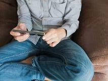 Abschluss oben der Mannfingernote zum Handyschirm Internet SU Lizenzfreie Stockfotos