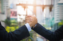 Abschluss oben der Presse mit zwei Geschäftsmännern übergibt sich Armdrücken Lizenzfreies Stockbild
