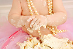 Abschluss oben des Babys, das den Kuchen ganz unordentlich isst Lizenzfreie Stockfotos