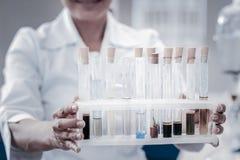 Abschluss oben des Forscherholdingsatzes Reagenzgläser stockfoto