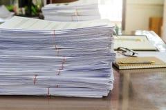 Abschluss oben des Geschäftsunterlagenstapels auf Schreibtisch, Berichtspapierstapel stockfotos