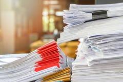 Abschluss oben des Gesch?ftsunterlagenstapels auf Schreibtisch, Berichtspapierstapel stockfotos