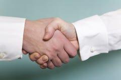 Abschluss oben des Händedrucks mit weißem shirtsleves befor Lizenzfreie Stockfotografie