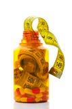 Abschluss oben des messenden Bandes in einer Pilleflasche Stockfotografie