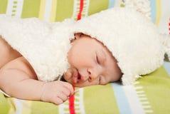 Schließen Sie oben vom Baby mit Pelzhäschenhut Stockfotos