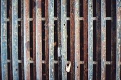Abschluss oben des rostigen Eisengitters auf der Straße Stockfoto
