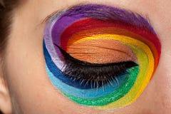 Abschluss oben des schönen Auges mit Regenbogen bilden Stockfoto